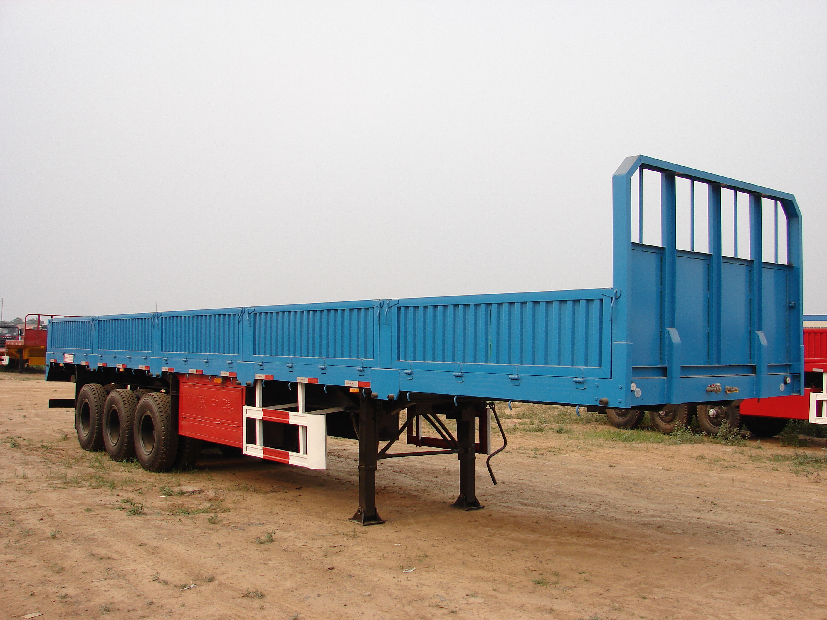 SINOTRUK 40ft Heavy Duty Semi Trailers Cargo Truck 2 / 3 Axles With 40-60 Tons Cabuge